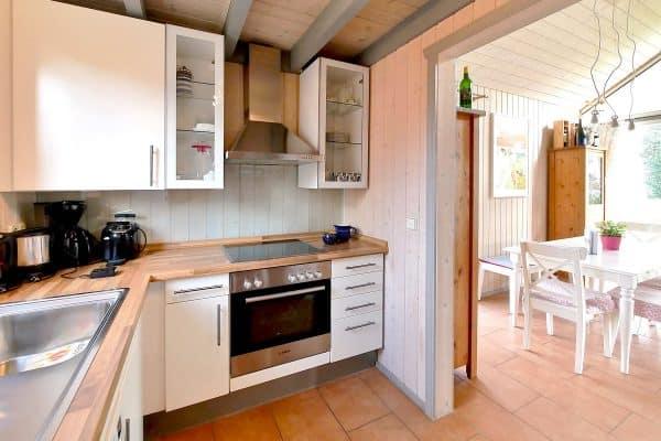 Einblick in die offene Küche im Ferienhaus Seeperle / Seerose in Wendisch Rietz am Scharmützelsee