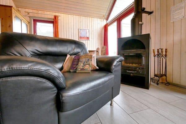 Wohnzimmer mit Kamin im Ferienhaus Seerose / Seeperle in Wendisch Rietz am Scharmützelsee